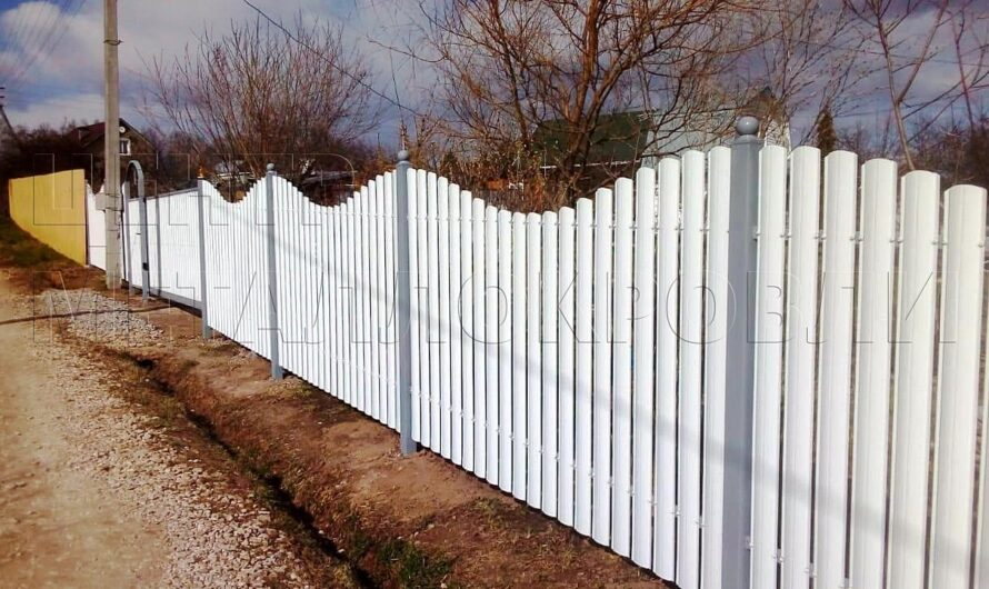 Забор из белого фигурного евроштакетника в Ижевске